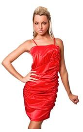 Красное платье со складками