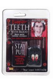 Клыки вампира с кровью