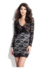 Черное приталенное платье с кружевами