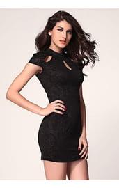 Черное узорчатое платье с вырезами