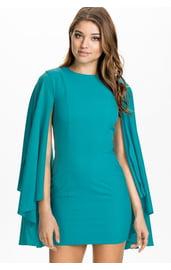 Платье с каскадными рукавами