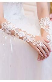 Белые перчатки с кружевом