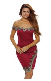 Красное платье с золотыми узорами