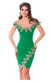 Зеленое платье с золотыми узорами