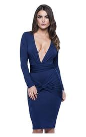 Синее платье с глубоким вырезом