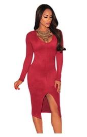 Красное платье с вырезом на юбке