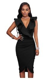 Черное платье с оборками на воротнике