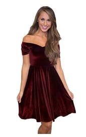 Бордовое бархатное платье
