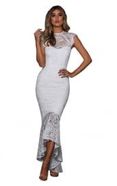 Белое платье с кружевным подолом