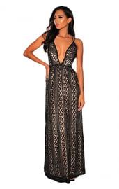 Черное платье в пол с глубоким декольте