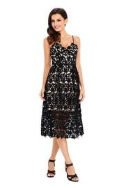 Черное кружевное платье для выпускного