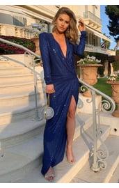Блестящее платье с глубоким вырезом